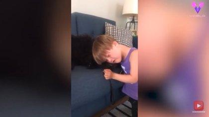 Este niño con síndrome de down consuela a su perro tras una intervención