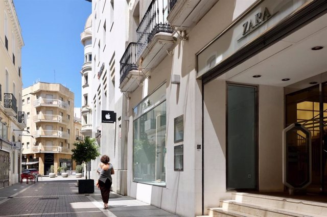 Una de las entradas a la tienda Zara en el centro de Huelva capital.