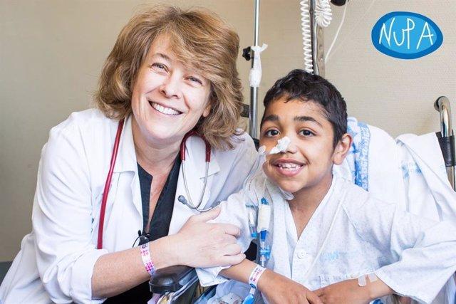 Esther Ramos, jefe de Unidad de Rehabilitación y Trasplante Intestinal del Hospital La Paz, posa con Yassine, paciente con fallo intestinal que ha recibido el trasplante innovador que le ha salvado la vida.