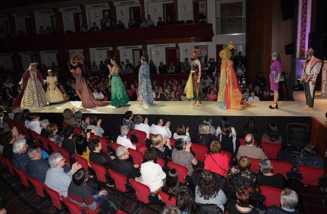 Pla obert del concurs de vestits de paper de Mollerussa, en una imatge d'arxiu. (Horitzontal)