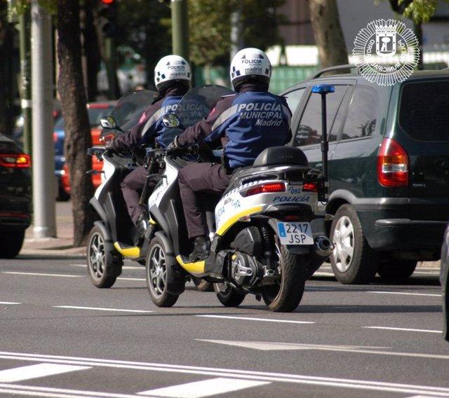 POLICÍAS MUNICIPALES PATRULLANDO LA CIUDAD DE MADRID