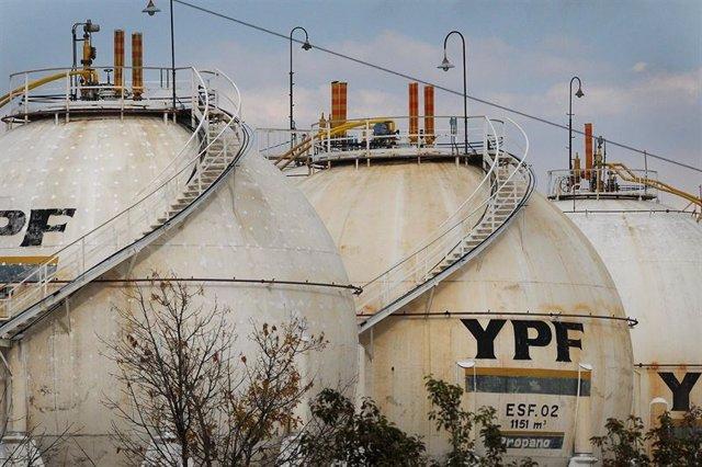 La petrolera estatal argentina YPF descubrió un yacimiento convencional en la provincia patagónica de Río Negro con recursos estimados en unos 40 millones de barriles de petróleo, informó la empresa el lunes en un comunicado.