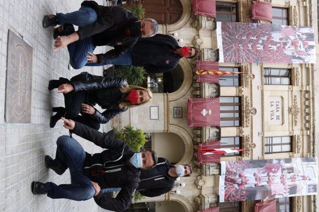 Pla tancat dels presidents i caps de colla de la Vella i la Joves de Valls, amb l'alcaldessa Dolors Farré, amb imatges del 3 de 9 sense folre i assenyalant que són a la plaça quilòmetre zero del món casteller. Imatge del 20 d'octubre del 2020. (Vertical)