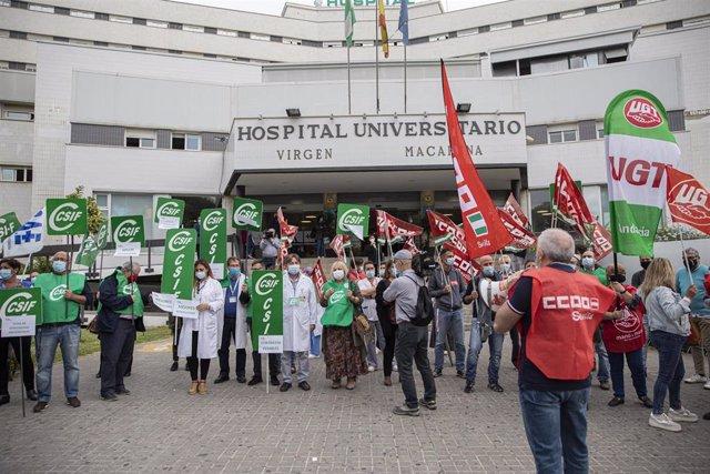 """Sindicatos vuelven a concentrarse en hospitales contra el """"colapso"""" en los centros y la """"sobrecarga"""" de los sanitarios"""