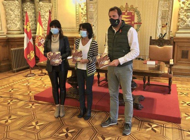 De izquierda a derecha: Ana Redondo, Elisa Delibes y Óscar Puente en la presentación de 'Así conocí a Delibes'.
