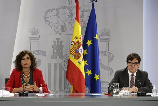 La ministra Portavoz y de Hacienda, María Jesús Montero, y el ministro de Sanidad, Salvador Illa, en rueda de prensa en el Palacio de la Moncloa tras el Consejo de Ministros.