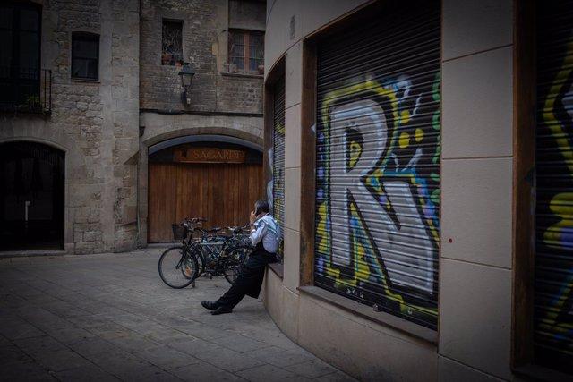 Un cambrer d'un bar el tercer dia de l'entrada en vigor de les noves restriccions. Barcelona, Catalunya (Espanya), 19 d'octubre del 2020.