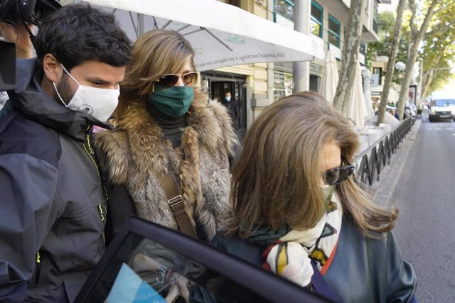La mujer del extesorero del PP Luis Bárcenas, Rosalía Iglesias, sale de su domicilio, acompañada de su hijo Willy Bárcenas un día después de conocer que podría entrar en prisión por la trama Gürtel.