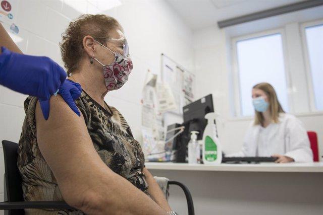 Una pacient es vacuna de la grip en el CAP Masdevall el dia en el qual comença la campanya a la regió, a Figueres, Girona (Catalunya), a 16 d'octubre de 2020.