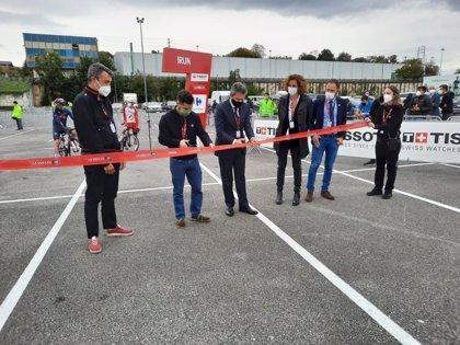 Irun (Gipuzkoa) acoge la salida de la Vuelta 2020 con el público apoyando a los ciclistas a su paso por la ciudad