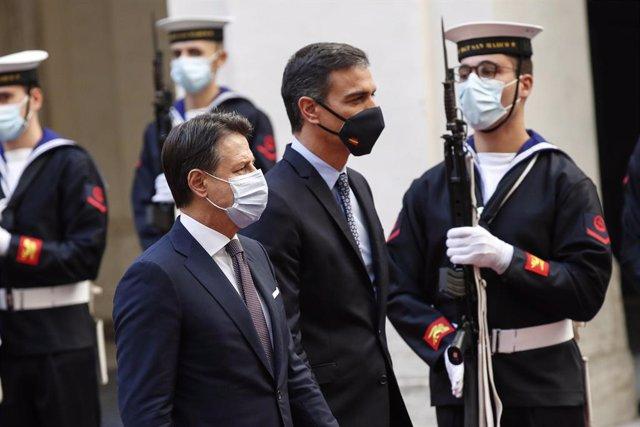 20 d'octobre del 2020, Roma (Itàlia). El primer mistre d'Itàlia, Giuseppe Conte (E), dona la benvinguda al president del Govern espanyol, Pedro Sanchez. ZUMA Press/dpa