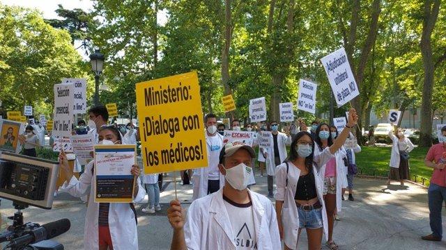 Los sindicatos de médicos protestan frente al Ministerio de Sanidad por la elección telemática del MIR