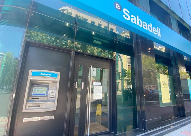 Una oficina del Banco Sabadell en Madrid (España).