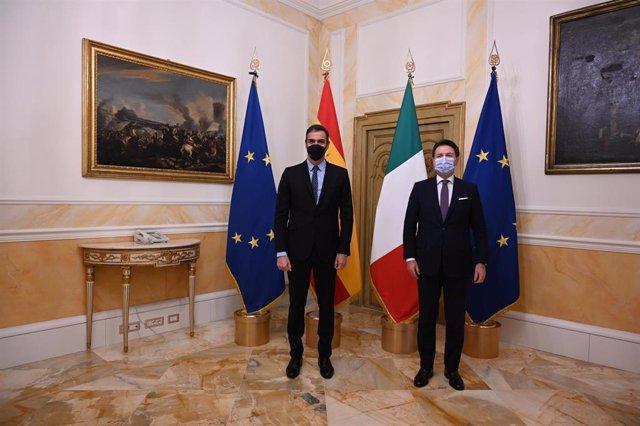 (I-D) El presidente del Gobierno, Pedro Sánchez; y el primer ministro de Italia, Giuseppe Conte, posan antes de celebrar un almuerzo de trabajo en el Palazzo Chigi, sede de la Presidencia del Gobierno, en Roma (Italia), a 20 de octubre de 2020.