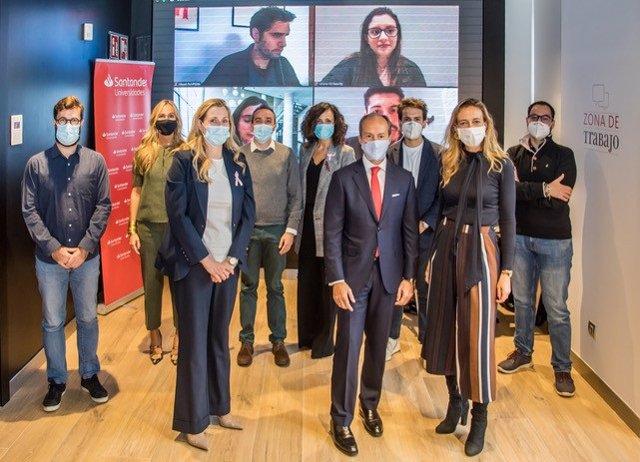 CEO Santander España, Rami Aboukhair, con emprendedores.