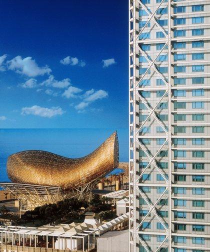 Los propietarios del hotel Arts quieren colaborar con Colau para desarrollar el Frente Marítimo