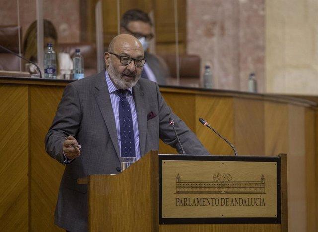 El portavoz del grupo parlamentario Vox, Alejandro Hernández, durante su intervención en el Debate sobre el Estado de la Comunidad en el Parlamento andaluz.En Sevilla (Andalucía, España), a 20 de octubre de 2020.