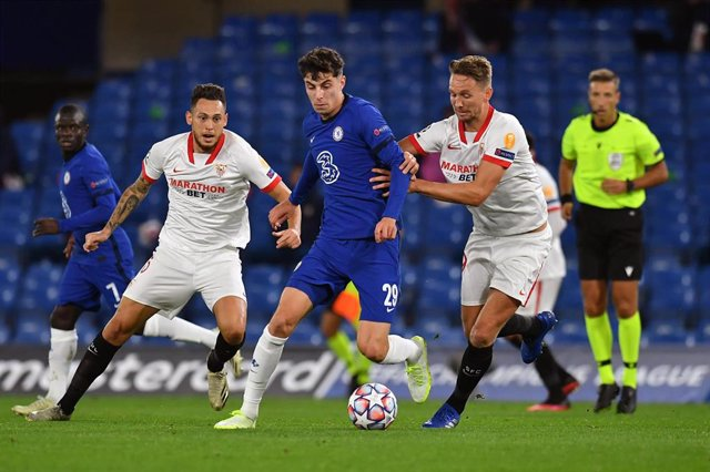 De Jong y Ocampos presionan a Havertz en el Chelsea-Sevilla de la Liga de Campeones 2020-2021