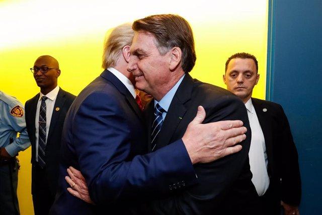 El presidente de Brasil, Jair Bolsonaro, y el presidente de Estados Unidos, Donald Trump, se dan un abrazo.