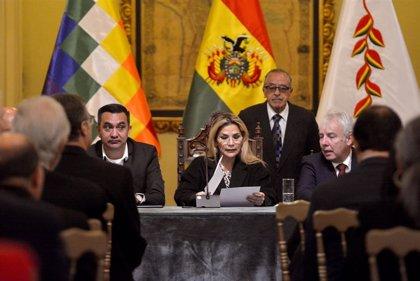 Áñez desafía a la Asamblea y restituye a Murillo y al ministro de Educación tras su moción de censura
