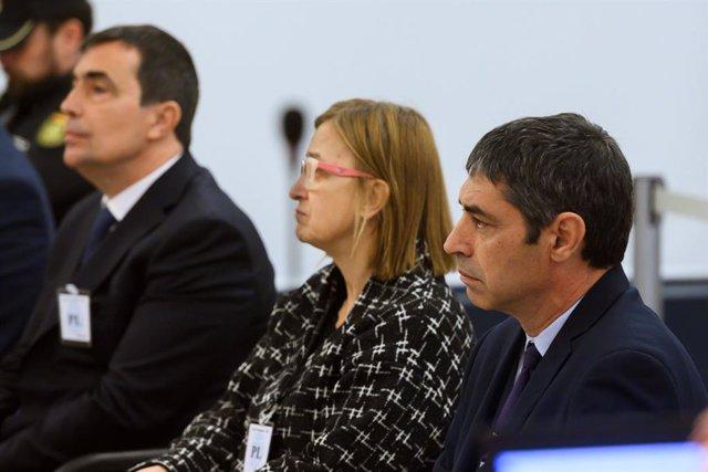 L'exdirector dels Mossos d'Esquadra, Pere Soler (E); l'exintendent dels Mossos d'Esquadra, Teresa Laplana (C); i el major dels Mossos d'Esquadra, Josep Lluís Trapero (D) a l'Audiència Nacional. Madrid (Espanya), 20 de gener del 2020.