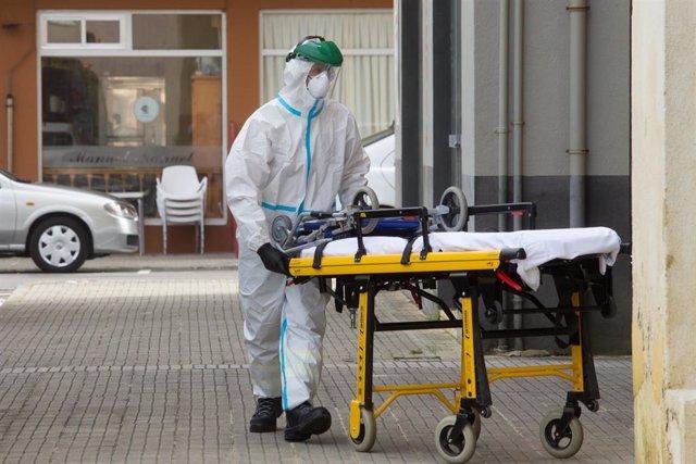 Sanitarios entran en una vivienda de Foz, en la comarca gallega de A Mariña (Lugo), que estará cerrada durante cinco días tras declararse un brote de coronavirus que afecta a más de un centenar de personas, a 5 de julio de 2020.