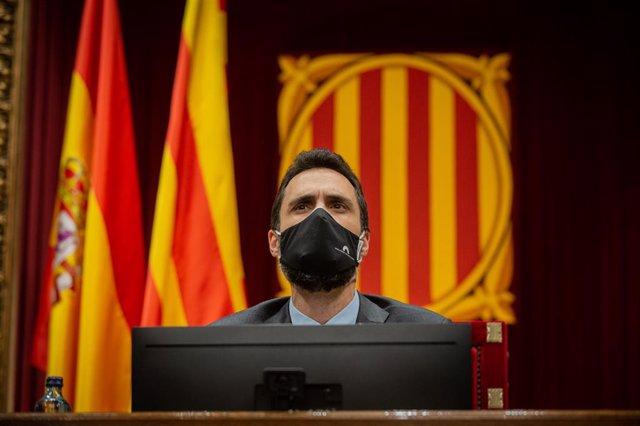 El presidente del Parlament, Roger Torrent, durante una sesión plenaria monográfica en el Parlament sobre la inhabilitación del expresidente de la Generalitat Quim Torra, en Barcelona, Catalunya (España), a 30 de septiembre de 2020.