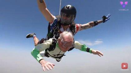 Este hombre de 103 años bate un récord mundial lanzándose en paracaídas en tándem