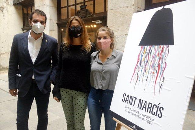 El vicealcalde i regidor de Cultura, Quim Ayats, al costat de les integrants del col·lectiu 'La noia del monyo' amb el cartell de Sant Narcís, aquest 21 d'octubre del 2020 (Horitzontal)
