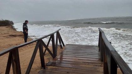 """Evalúan los daños del temporal en la playa de El Portil en Punta Umbría (Huelva) y piden que se actúe """"con urgencia"""""""