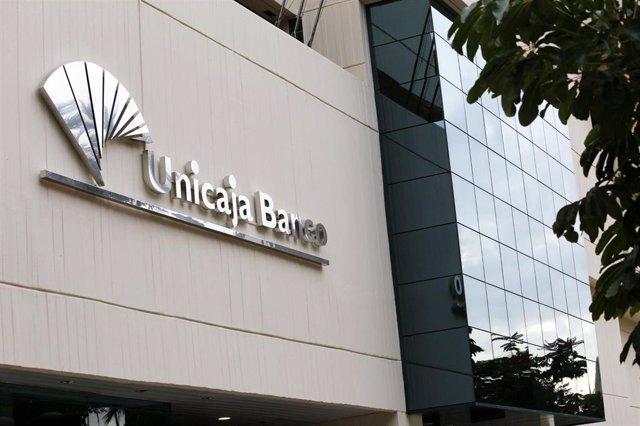 Fachada de una sede de Unicaja Banco