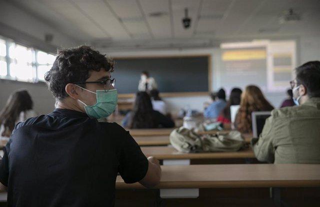 Alumnos en clase en la facultad de Comunicación de la Universidad de Sevilla, durante el inicio de las clases de forma escalonada. En Sevilla, (Andalucía, España), a 05 de octubre de 2020.