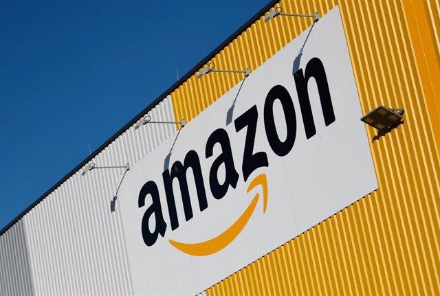 Logo de Amazon en un centro logístico