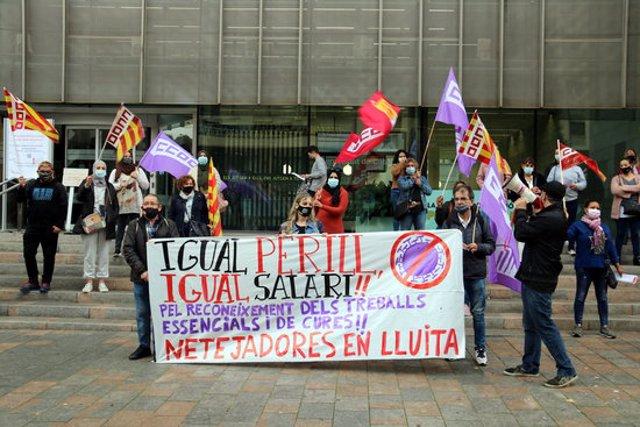 Pla general de la concentració de treballadores de centres sanitaris gironins davant la seu de la Generalitat a Girona. Foto del 21 d'octubre del 2020 (horitzontal)