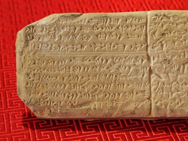 Al desarrollar un sistema para ayudar a descifrar los idiomas perdidos, los investigadores del MIT estudiaron el idioma del ugarítico, que está relacionado con el hebreo y que previamente ha sido analizado y descifrado por lingüistas.