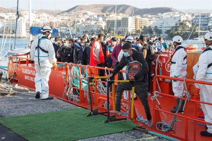Más de 300 migrantes llegan en menos de 24 horas al muelle de Arguineguín (Gran Canaraia), donde ya esperan 1.300