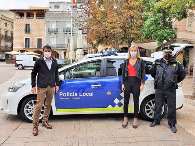 L'alcalde d'Igualada, Marc Castells, i la regidora Carlota Carner durant la presentació del nou vehicle de la Policia Local. 21 d'octubre de 2020. (Horitzontal)