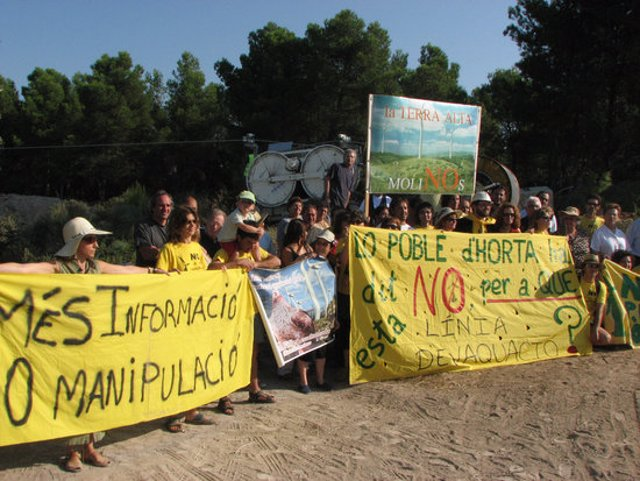 Imatge d'arxiu de la protesta de la Plataforma en Defensa de la Terra Alta protesten en contra de la construcció de la línia elèctrica d'evacuació de la central eòlica dels Pesells. Imatge del febrer del 2011 (horitzontal)