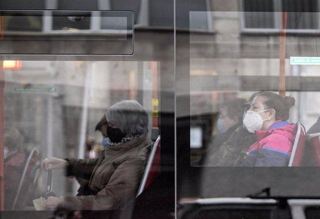 Personas con mascarilla en un autobús en Burgos, Castilla y León (España), a 21 de octubre de 2020.