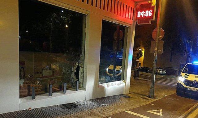 L'aparador de la farmàcia de Blanes, amb el vidre trencat i els danys que han provocat els lladres quan encastaven el tot terreny, aquest 21 d'octubre del 2020 (Horitzontal)