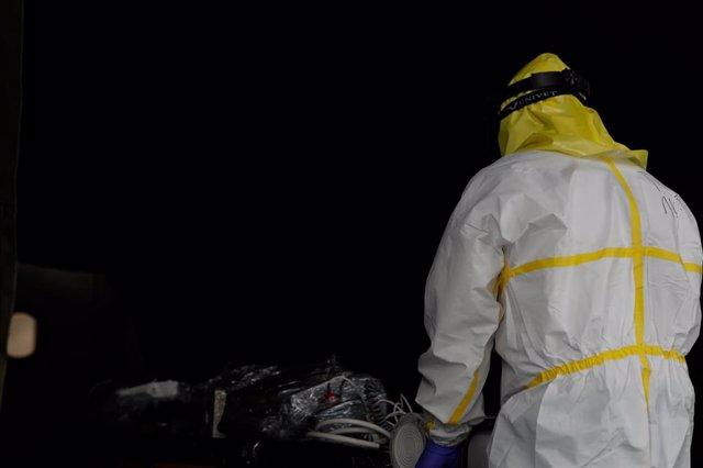 Un sanitario se viste con material protector frente al Covid-19, foto de archivo