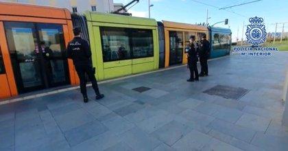 Sorprenden a un joven con un móvil robado de 900 euros tras pararle por no llevar mascarilla