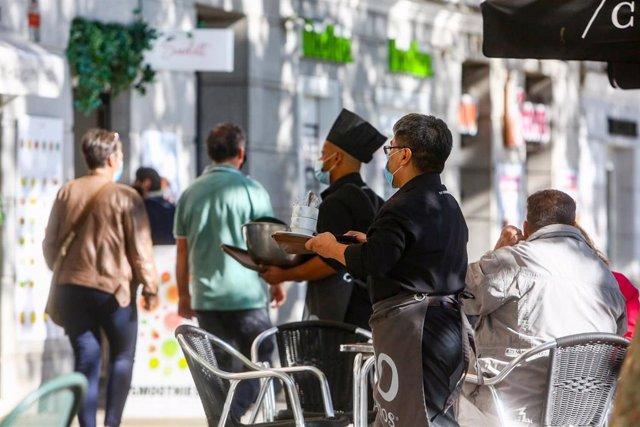 Dos camareros trabajando