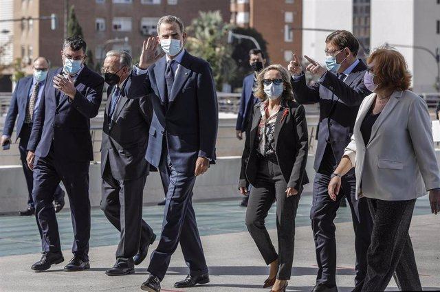 El Rey Felipe VI (c), acompañado por la vicepresidenta tercera del Gobierno, Nadia Calviño (3d); y el presidente de la Comunidad Valenciana, Ximo Puig (2d), a su llegada al XIX Congreso de Directivos CEDE