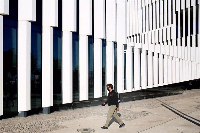 Un hombre con mascarilla pasea por Lisboa