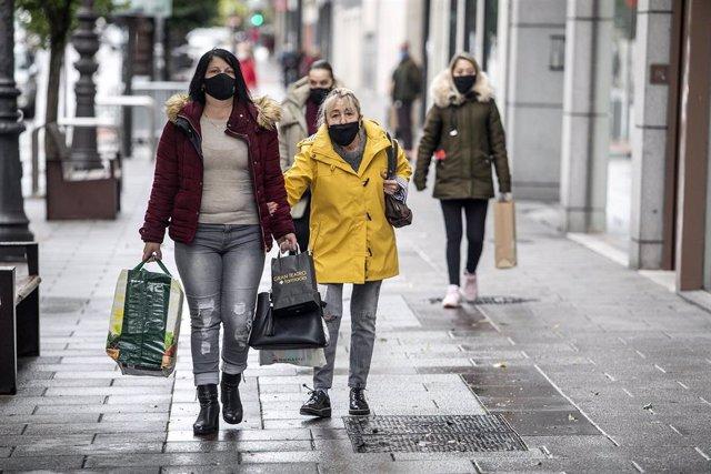 Mujeres pasean por una calle