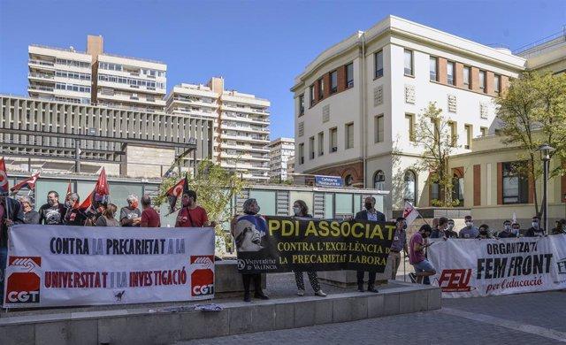 Diverses persones sostenen pancartes en la seua participació en una concentració a  València durant la vaga de la comunitat universitària i de centres d'investigació contra la precarietat en l'ensenyament i en la investigació