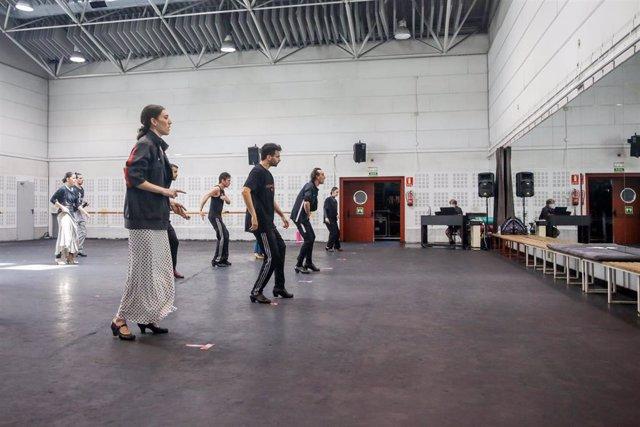 Componentes del equipo artístico Ballet Nacional de España ensayan en sus instalaciones, tras su reincorporación del pasado día 8 de junio en su sede de Madrid para volver a los escenarios. En Madrid (España), a 18 de junio de 2020.