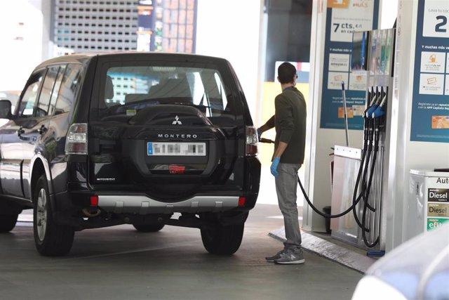Un hombre echa gasolina a su coche en la fase 0 de la desescalada en la que las gasolineras siguen prestando servicio durante el estado de alarma por la crisis del Covid-19, en Madrid (España) a 6 de mayo de 2020.