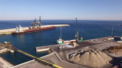 La Junta otorga permiso de emisiones para manipular 100.000 toneladas de mineral de hierro en el puerto de Carboneras